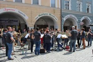 In der Fußgängerzone in Rosenheim begeisterte der Musikverein mit einem einstündigen Konzert die Passanten.